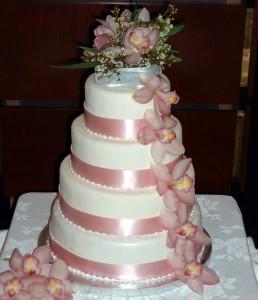 торт украшеный живими цветами